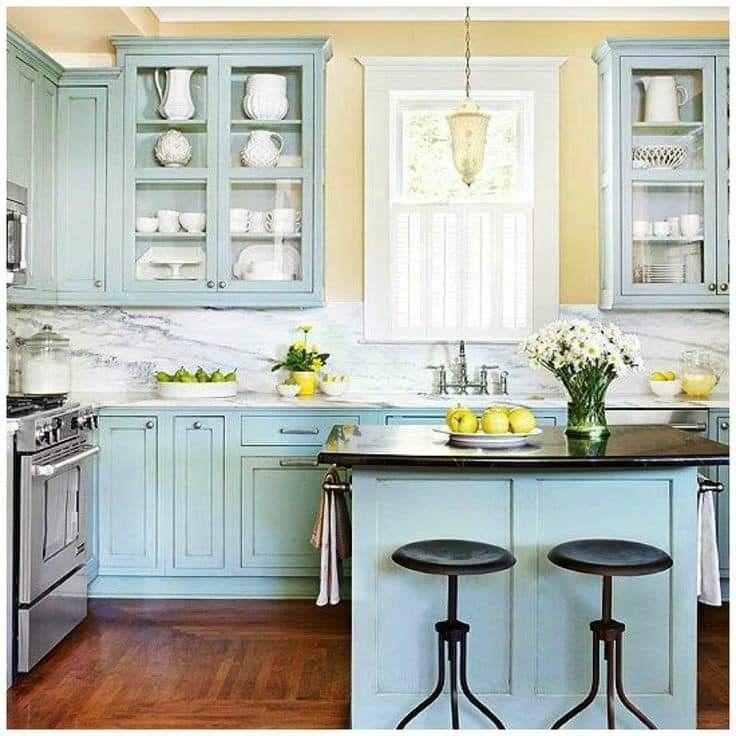 cocina con elementos azules y amarillos