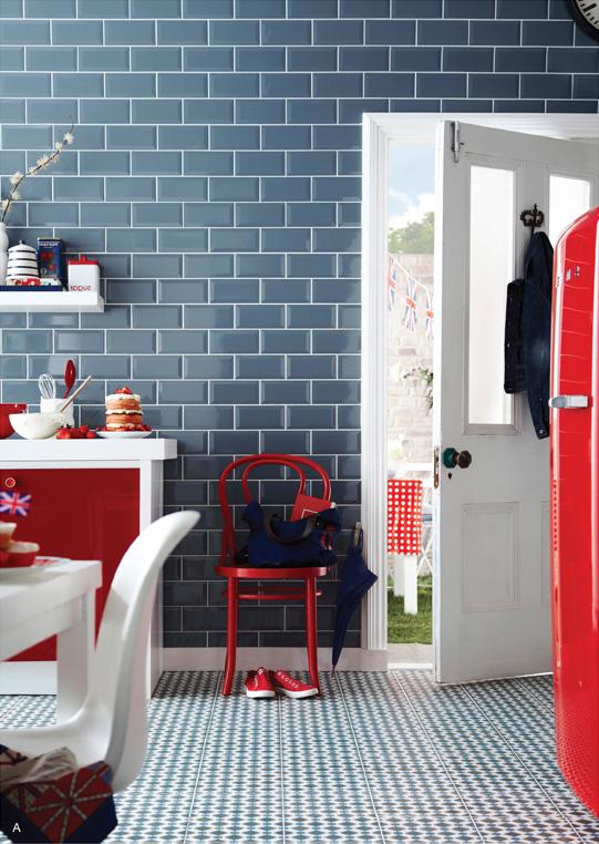 entrada juvenil en tonos azules, rojos y blancos.