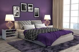 dormitorio con decorados morados